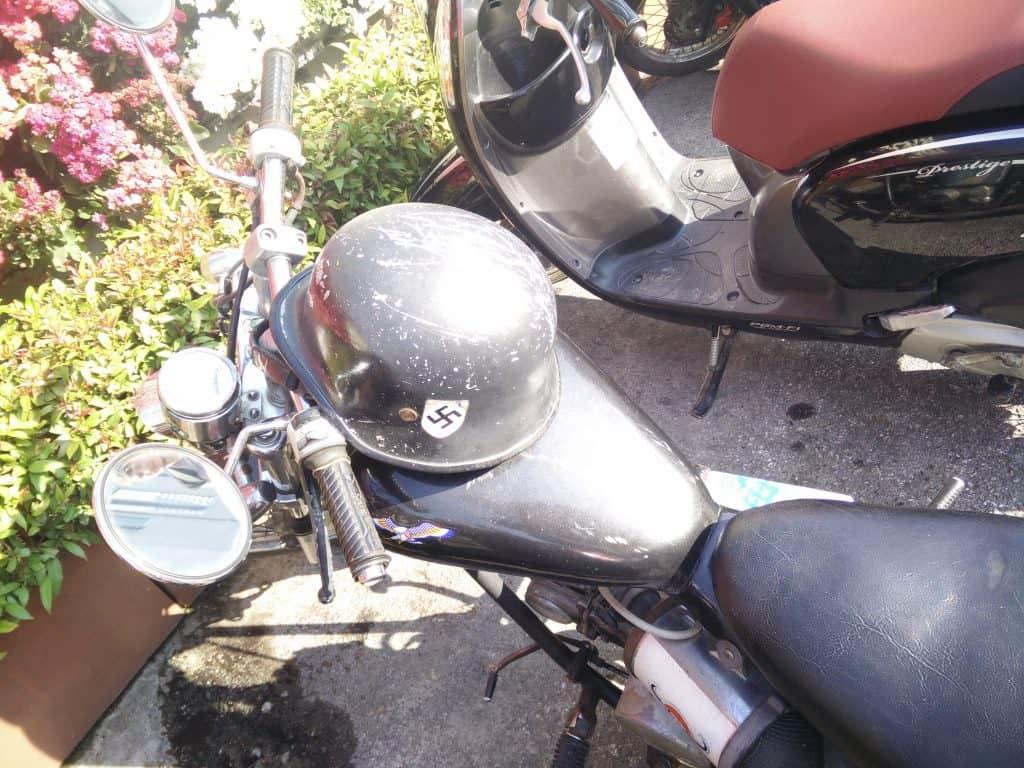 Tilfældig motorcykel ved træningscenteret i Chiang Mai.